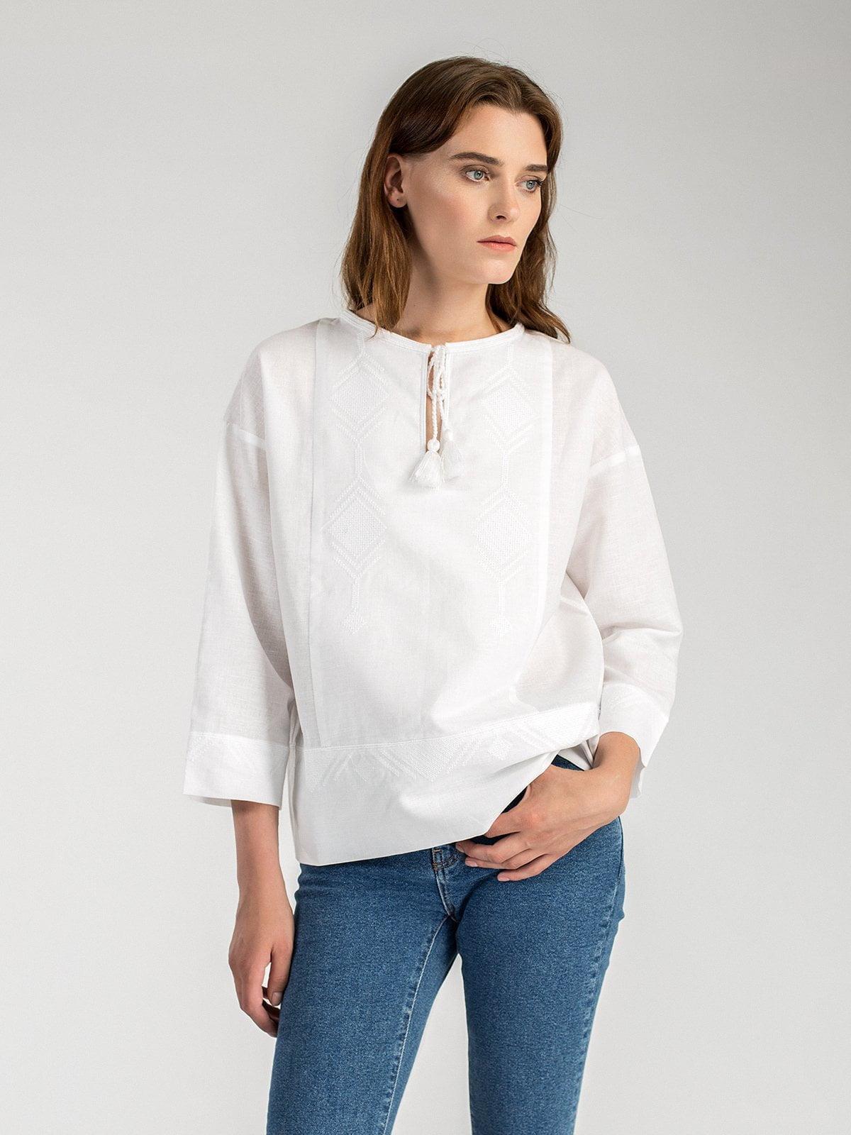 Жіноча вишиванка вільного крою з білого льону Ethnic 1 – купити в ... 8b3045cf718d8